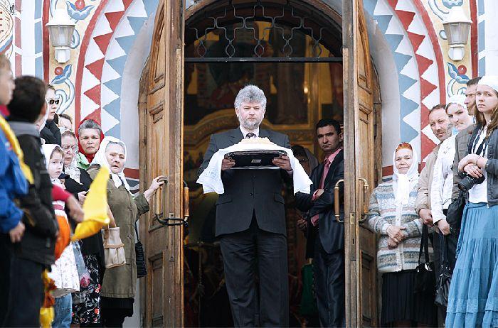 Mosca - chiesa di san giorgio. la comunità attende il suo patriarca e